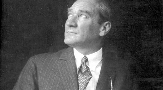 İnsanlar toplumsal hayatta haklardan ve vazifelerden örülmüş bir ağ içinde düşünülebilir. İnsanlar insan kaldıkça bu ağdan çıkamazlar. - Mustafa Kemal Atatürk Resimli Sözler - Atatürk Sözleri Ve Fotoğraf Arşivi, unlu-sozleri, guzel-sozler