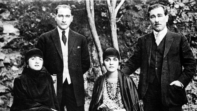 Komşularıyla ve bütün devletlerle iyi geçinmek Türkiye siyasetinin esasıdır. - Mustafa Kemal Atatürk Resimli Sözler - Atatürk Sözleri Ve Fotoğraf Arşivi, unlu-sozleri, guzel-sozler