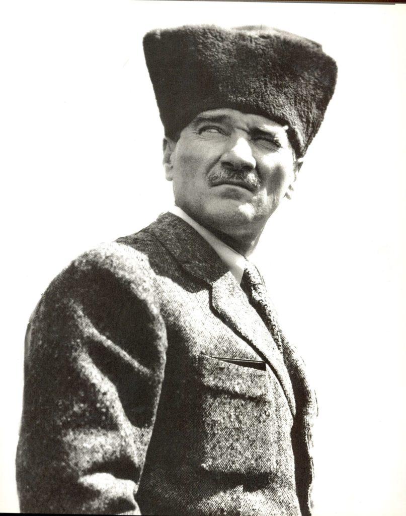 Tarih yazmak tarih yapmak kadar mühimdir. Yazan yapana sadık kalmazsa değişmeyen hakikat insanlığı şaşırtacak bir mahiyet alır. 807x1024 - Mustafa Kemal Atatürk Resimli Sözler - Atatürk Sözleri Ve Fotoğraf Arşivi, unlu-sozleri, guzel-sozler